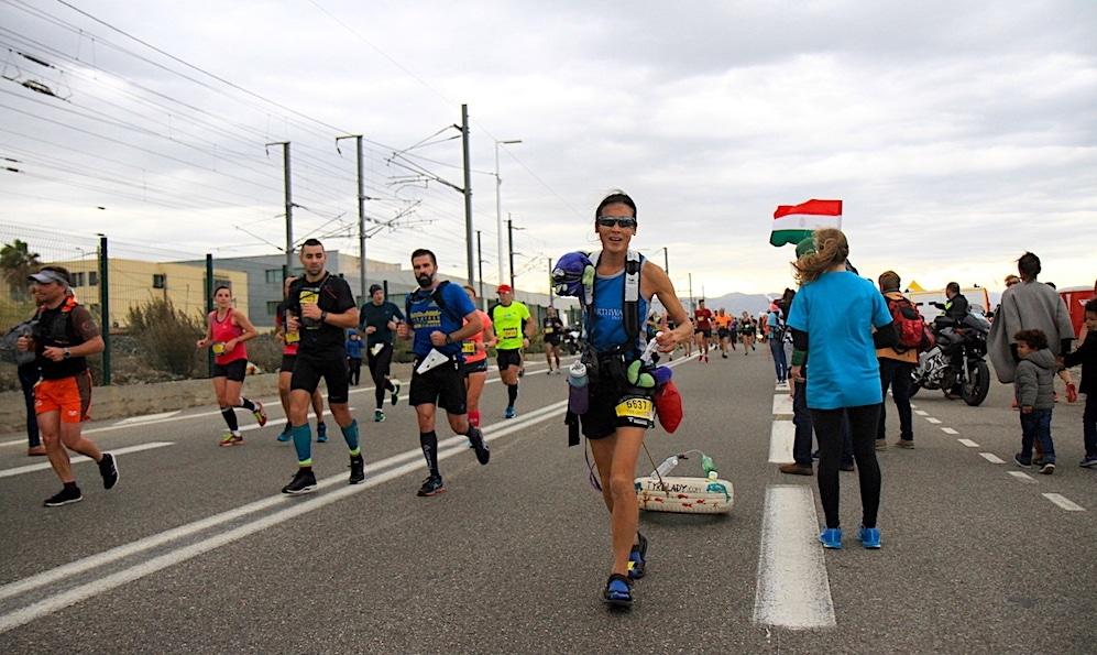 1.500 KM IN BICI E POI DI CORSA TRAINANDO UN PNEUMATICO – L'eroina dell'ambiente che corre, Rima Chai, madrina della Mujalonga sul Mar